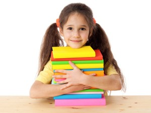 Meisje met stapek boeken